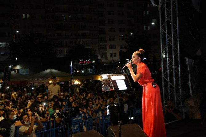 21-09/14/elazigda-bu-yil-ucuncusu-duzenlenen-geleneksel-salcali-kofte-festivalinin-son-gununde-sahne-alan-sanatci-ebru-yasar-sarkila-iha-20210912aw416070-4-t.jpg