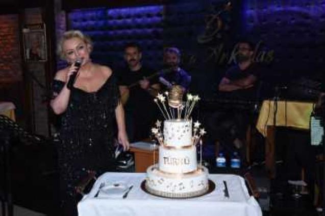 Yeni Yaşını Sahnede Kutladı